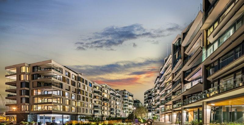 """Bygget ligger midt på Tjuvholmens ytterste del, også kalt """"holmen"""", og er tegnet av det anerkjente arkitektkontoret Jensen og Skodvin AS."""