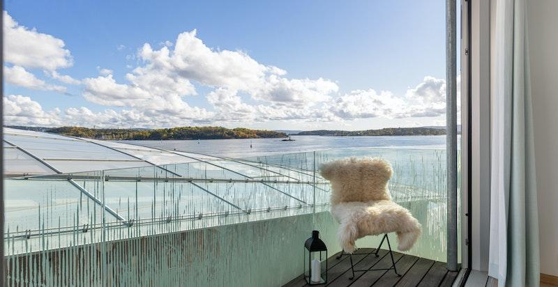 Balkongen - Med flott utsikt utover sjøen