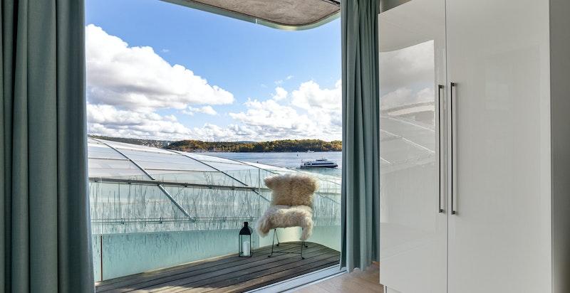 Stor skyvedør som åpner hele balkong  - Her kan du ligge i sengen og se utover havet.