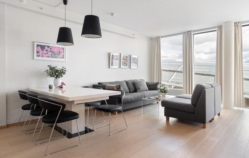 Stue med plass til sofa og spisestue