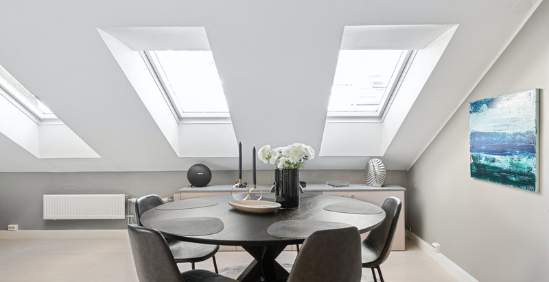 Herlig romslig stue og spisestue med åpen kjøkkenløsning, store vindusflater og god takhøyde