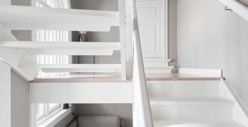 Under trappen finnes et areal til benyttelse for f.eks. lagring, kontorplass, lagringsplass, etc.