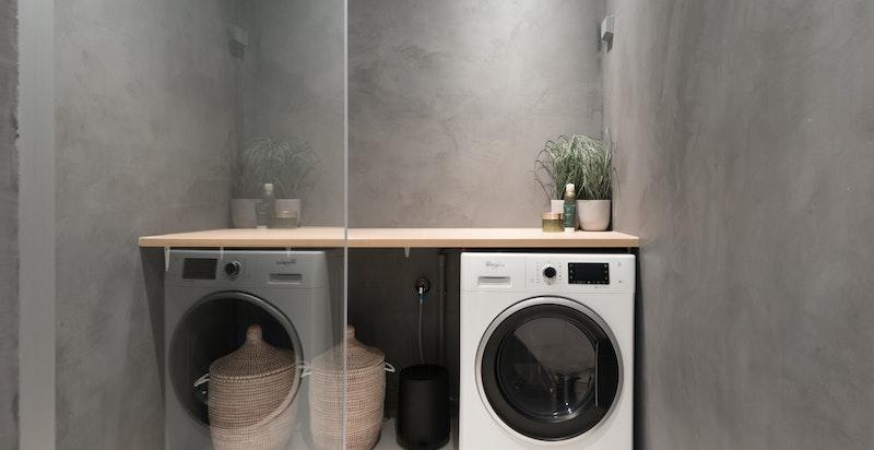 Moderne og pent oppusset bad inkludert praktisk benk over plass til vaskemaskin/tørketrommel