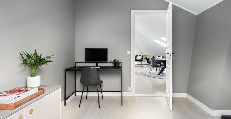 Soverom nr. 2 med plass til både kontorpult og skap