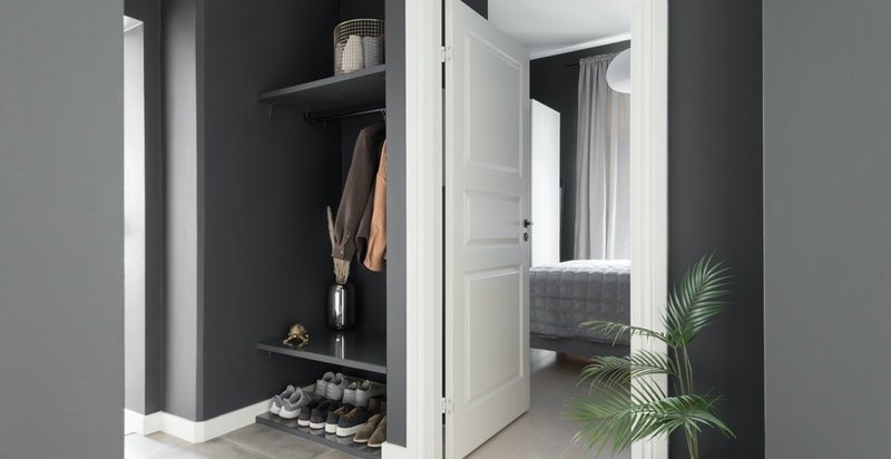 Entrè/gang med garderobeplass og inngang til både hovedsoverom og badet