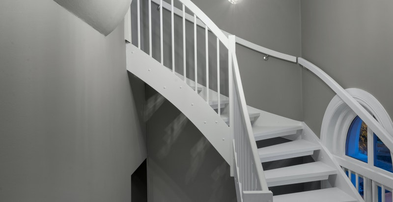 """Lyst og trivelig trappeløp internt i boligen gir leiligheten et eget """"townhouse-preg"""""""