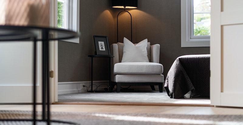 På soverommene er det lagt tidsriktig tapet på vegg og fantastiske heldekkende sisaltepper på gulv.