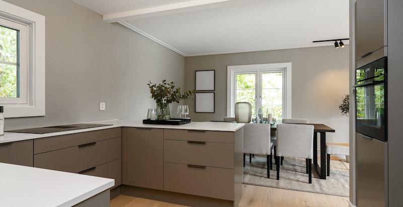 Kjøkkenet har integrerte hvitevarer fra AEG.