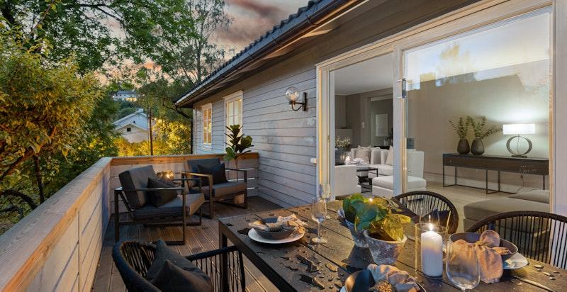 Ut fra stuen er det en stor terrasse med særdeles gode solforhold og fin utsikt over området.