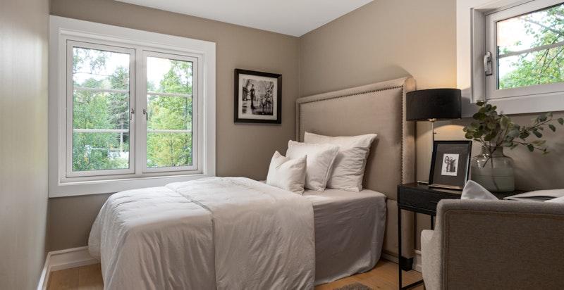 Det er plass til180 cm dobbeltseng på begge soverommene oppe.