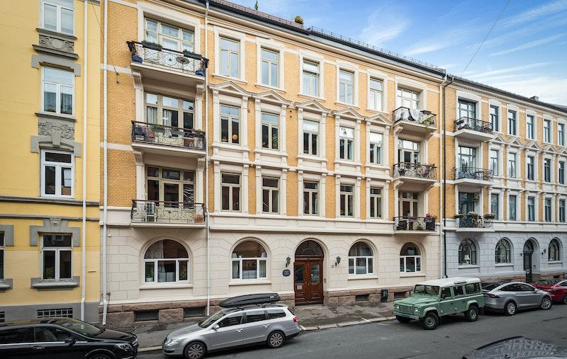Boligen ligger fint til i byggets 2.etasje i en klassisk bygård fra 1903.