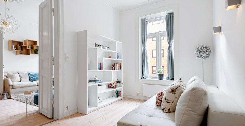 Boligen har totalt tre soverom, hvor ett av de ligger fint til innenfor dagligstuen.