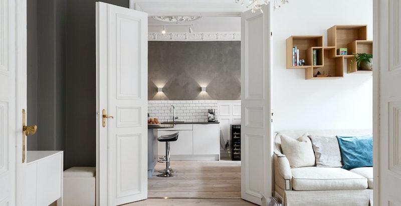 Store, vakre fløyelsdører gir leiligheten et sjarmerende og klassisk preg.