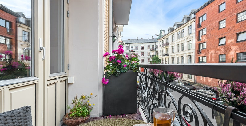 Balkongen har plass til enklere utemøblement og har hyggelig utsyn til nabolaget.