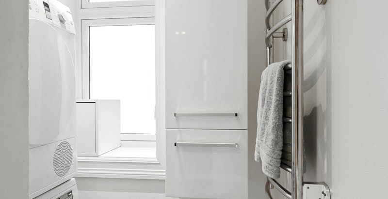 Kombinert bad og vaskerom i praktisk tilknytning til entréen.
