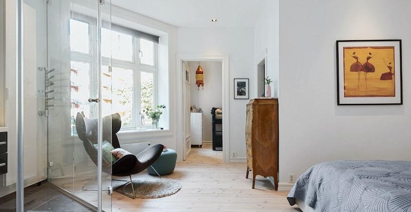 Hovedsoverommet ligger i fint tilknytning til boligens tredje soverom, og med tilgang til omkledningsrom.