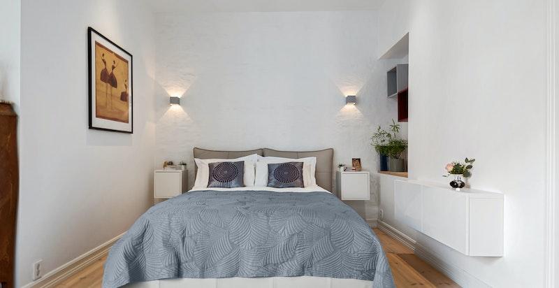 Det er god plass til dobbeltseng med tilhørende møblement, samt øvrig soveromsinnredning etter ønske.
