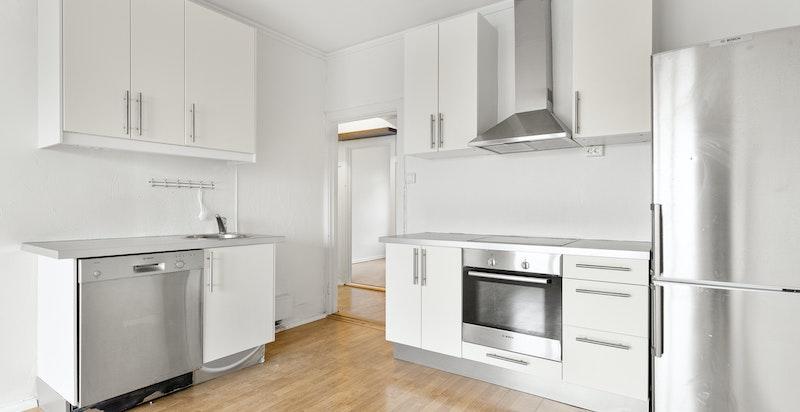 Kjøkken med medfølgende hvitevarer.